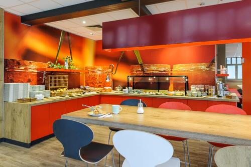 A restaurant or other place to eat at ibis Hotel Erfurt Altstadt