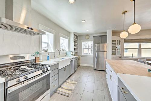A kitchen or kitchenette at The Downtown Crown Flagstaff Home - Walk to NAU!