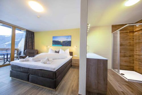 Ein Bett oder Betten in einem Zimmer der Unterkunft Hotel Krimml