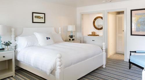 A bed or beds in a room at Baron's Cove