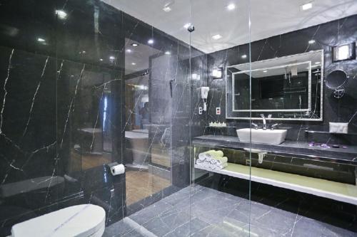 Um banheiro em Sandri Palace Hotel