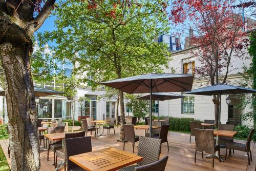 A restaurant or other place to eat at Hotel Vacances Bleues Villa Modigliani
