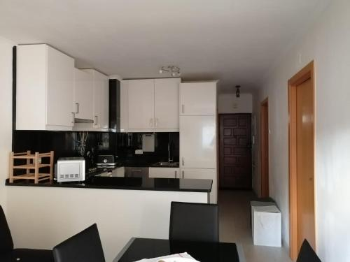 A kitchen or kitchenette at Encarnação Metro 1 1/2