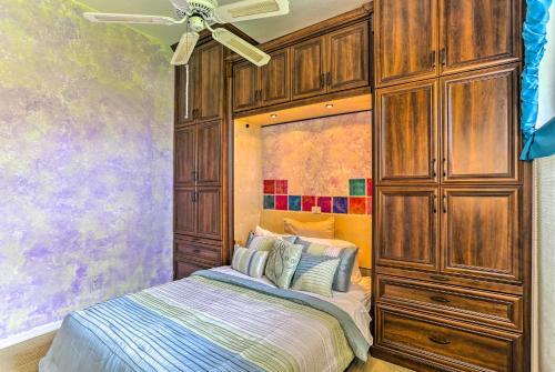 Ein Bett oder Betten in einem Zimmer der Unterkunft Lakefront Home with Private Dock and Saltwater Pool!