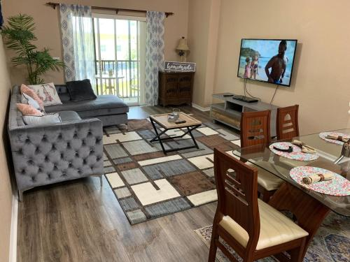 A television and/or entertainment centre at Beautiful 3 Bedroom Apartment minutes from Disney!