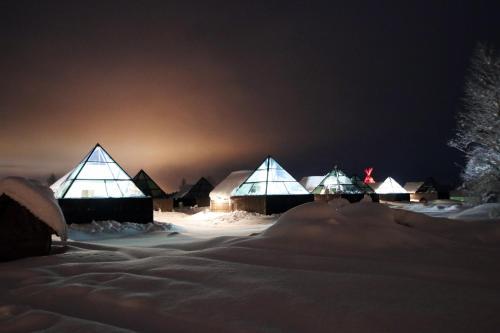 Aurora Pyramids & Hotel Taivaanvalkeat during the winter