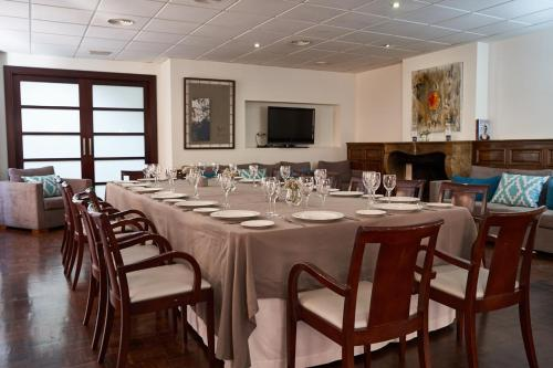 A restaurant or other place to eat at Hotel Don Curro