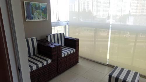A seating area at Apartamento Luxo Barra