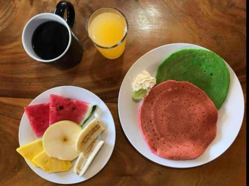 Breakfast options available to guests at Backpackers Hakuna Matata Monteverde