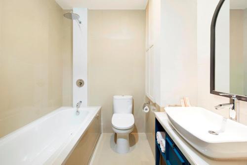 A bathroom at Jambuluwuk Thamrin Hotel