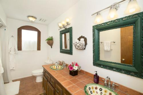 A bathroom at Lakehouse Bed and Breakfast