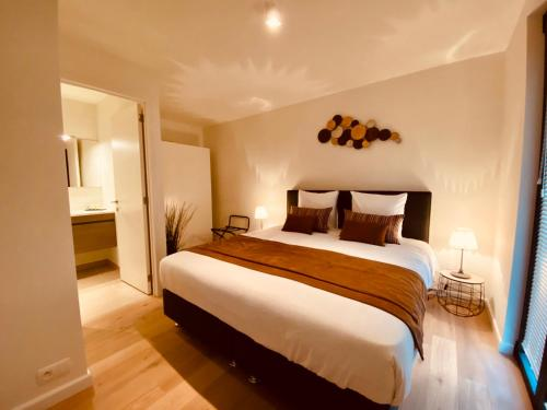 A bed or beds in a room at Luxury Apartment City Mons Centre Grand Place
