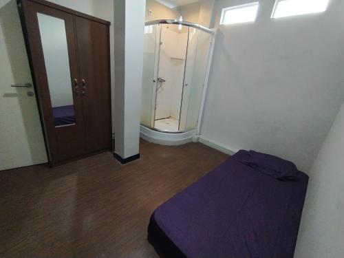 A bathroom at OYO Life 2736 Pondok Klara