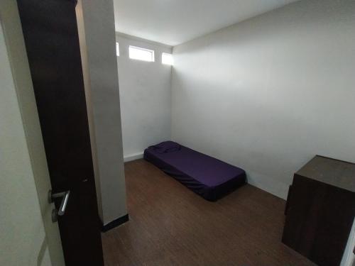 The fitness center and/or fitness facilities at OYO Life 2736 Pondok Klara