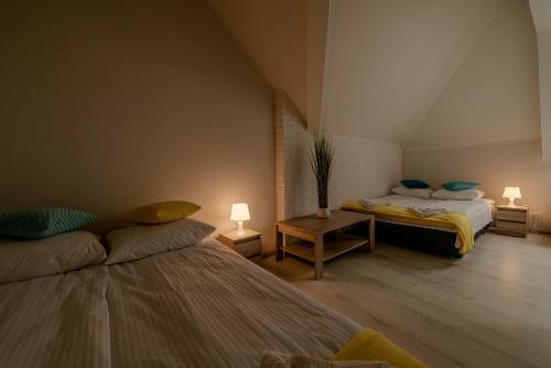 Łóżko lub łóżka w pokoju w obiekcie GUZ Apartamenty