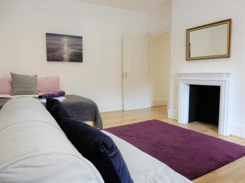 A bed or beds in a room at Lovely 3 Bed Apartment Chatham by Historic Dockyard