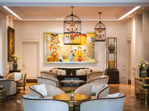 A seating area at Hotel Des Arts Saigon Mgallery Collection