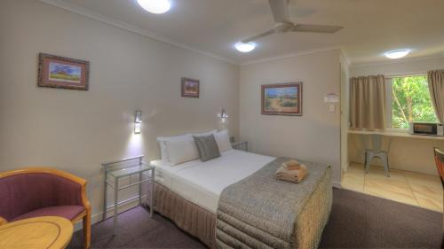 A bed or beds in a room at Atherton Hinterland Motel