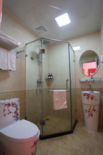 Un baño de Happy Dragon Alley Hotel Beijing Tian AnMen Forbidden City