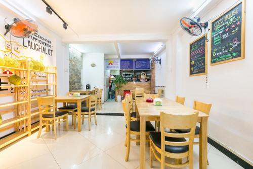 Restaurant ou autre lieu de restauration dans l'établissement OYO 708 The Cozi House - Homestay