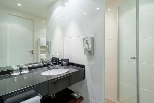 A bathroom at The Rilano Hotel München