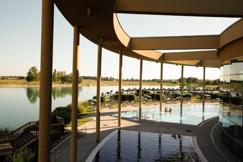 Der Swimmingpool an oder in der Nähe von St. Martins Therme & Lodge