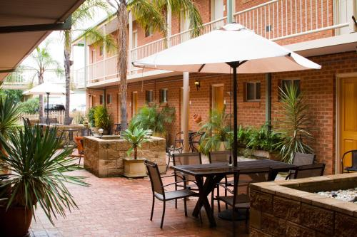 A restaurant or other place to eat at Central Yarrawonga Motor Inn
