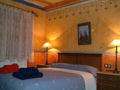 A bed or beds in a room at Casa Rural El Cartero