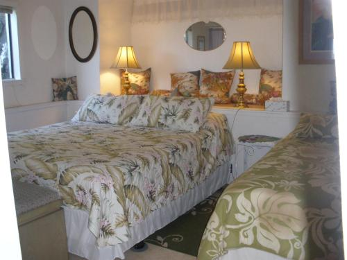 A bed or beds in a room at Belle Vue Kona Inc