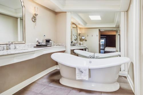 A bathroom at Hotel Ballard