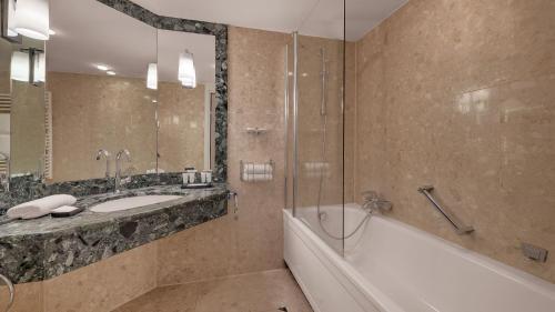 A bathroom at Bilderberg Bellevue Hotel Dresden
