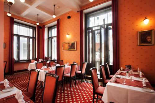 A restaurant or other place to eat at Hestia Hotel Barons Old Town