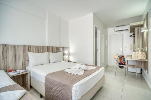A bed or beds in a room at Hotel Praia Bonita Jatiúca