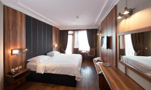 A bed or beds in a room at Royal Hotel Thessaloniki