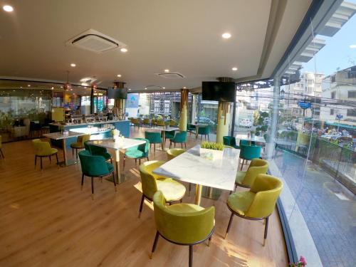Een restaurant of ander eetgelegenheid bij Siri Oriental Bangkok Hotel