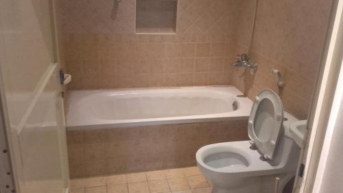 Um banheiro em Rest Time 2 Furnished Apartments