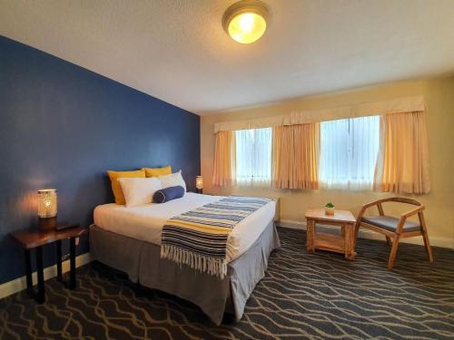 A bed or beds in a room at PIER BLUE INN Old Saybrook - Essex