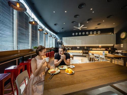 A restaurant or other place to eat at The Bed KLCC
