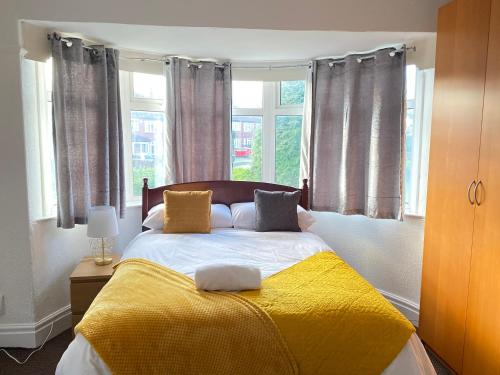 A bed or beds in a room at 3 & 4 Bedroom House Available with Sky Emerald Serviced Accommodation Leeds, Upto 14 Guest, With Free Car Park and Free Wifi , Offer for Long Term Bookings