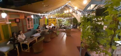A restaurant or other place to eat at NAMASTEY MUMBAI BACKPACKERS