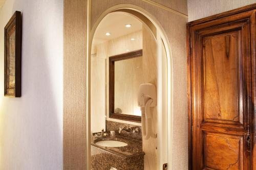 A bathroom at Hotel Left Bank Saint Germain