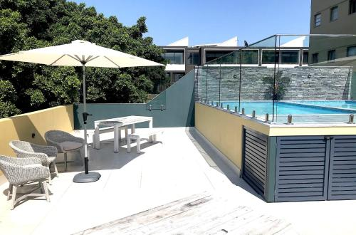 The swimming pool at or near Heart of Manly Apartment