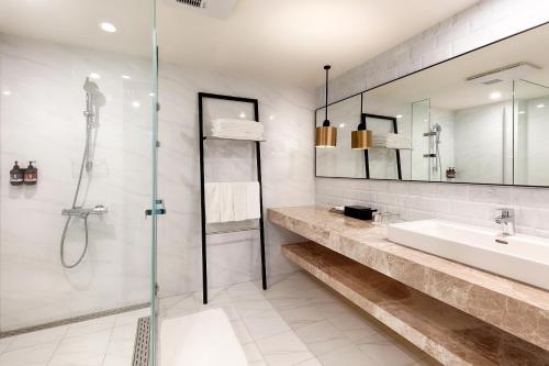 A bathroom at Howard Plaza Hotel Hsinchu