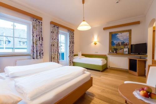 A bed or beds in a room at Hotel-Garni Schernthaner