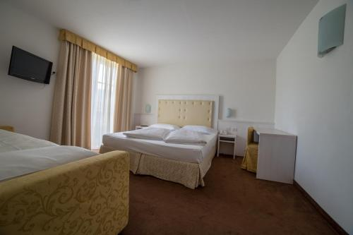 A bed or beds in a room at Alpen Hotel Eghel