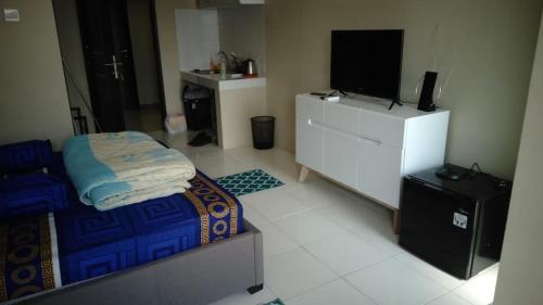 A television and/or entertainment centre at Apartment Mont Blanc Bekasi Timur