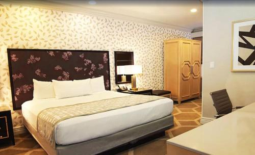 A bed or beds in a room at Gold Coast Hotel and Casino