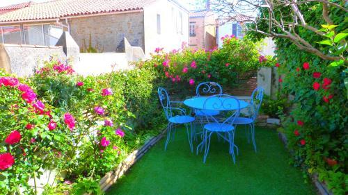 A garden outside La Talmondaise - Petit-Déjeuner d'Accueil Offert