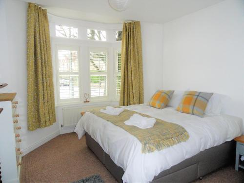 A bed or beds in a room at Homely and well appointed Priory Apartment by Cliftonvalley Apartments