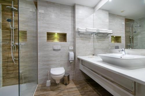 A bathroom at Hotel Mirjana & Rastoke